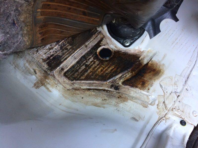 サンバー雨漏り原因と修理